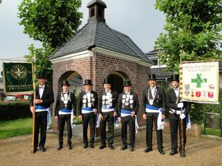 To the fore of the St. John's Chapel: Andreas Halmanns with the rural district's standard, rural district King Johannes Halmanns, minister Johannes van Husen, King Norbert Mülders (chairman), minister Norbert Hermens, district King Stephan Gorthmanns, Arnd Hurkens with the district standard.