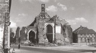 Sankt Cyriakus lies in ruins, view from the market square in the direction of the church entrance, after 1945.